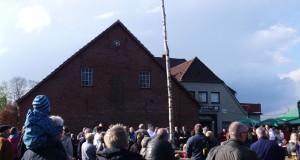 Impressionen vom Maibaumsetzen in Hoykenkamp